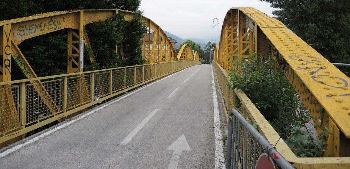Il ponte giallo e le menzogne degli adolescenti
