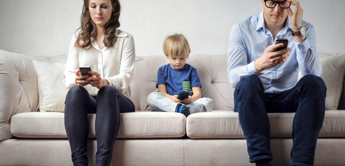 Genitori, perché non mettete via il cellulare?